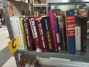 Skup książek Amicus - książki na półkach